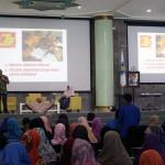 Munif Chatib Menyampaikan Materi di Hadapan Peserta Seminar Nasional Bahagia Menjadi Gurunya Manusia