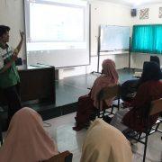 Wahyudi Kusomo Nugroho, S.Kom menjelaskan tentang UII Gateway kepada mahasiswa